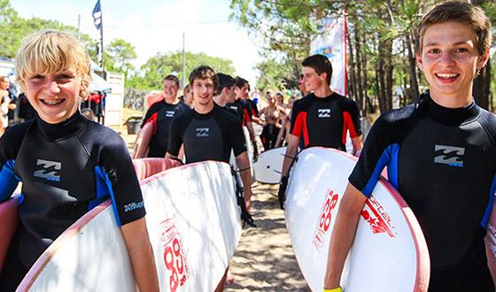 Actie bij het strand: klaar om te surfen!